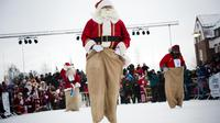 Les Pères Noël estonien, néerlandais et suédois (de g. à d.) s'affrontent dans une course de sac, le 17 novembre 2012 à Gällivare, en Suède [Jonathan Nackstrand / AFP]