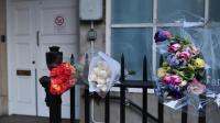 Des bouquets à Londres en mémoire de l'infirmière morte après un canular d'une radio australienne, le 9 décembre 2012 [Carl Court / AFP/Archives]