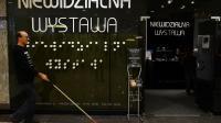 """Un aveugle passe devant l'entrée de """"l'exposition invisible"""", le 18 décembre 2012 à Varsovie [Janek Skarzynski / AFP]"""