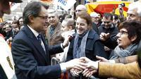 Le président du gouvernement régional catalan Artur Mas (L) salue la foule après sa prise de fonctions le 24 décembre 2012 [Quique Garcia / AFP]