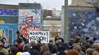 Des policiers face aux manifestants devant l'East Side Gallery, à Berlin, le 28 février 2013 [Odd Andersen / AFP]