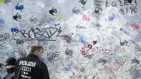 Des policiers gardent un pan du Mur de Berlin retiré de la East Side Gallery, le 27 mars 2013 [John Macdougall / AFP]
