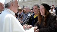 La chanteuse Patti Smith salue le pape François, sur la place Saint-Pierre au Vatican le 10 avril 2013 [ / Osservatore romano/AFP]