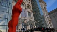 Des gens font la queue le 10 avril 2013 pour voir l'exposition de Mircea Cantor au palais de l'ex-dictateur Ceausescu à Bucarest [Daniel Mihailescu / AFP]