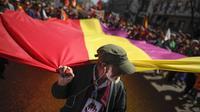 Des manifestants tiennent un immense drapeau de la IIe République espagnole (1931-1939) le 14 avril 2013 à Madrid [Pedro Armestre / AFP]