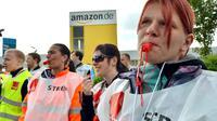 Des employés de Amazon manifestent  pour des hausses de salaire le 14 mai 2013, à Leipzig, à l'est de l'Allemagne [Hendrik Schmidt / DPA/AFP]