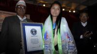 Chhurim Sherpa est saluée le 25 février 2013 par le Guiness des records pour son exploit sur l'Everest [Prakash Mathema / AFP]