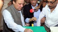 L'ancien Premier ministre pakistanais Nawaz Sharif vote le 11 mai 2013 à Lahore [Arif Ali / AFP]