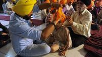 Le cours du soir sur la façon d'enrouler son turban à Amritsar, la ville sainte du sikhisme, affiche complet: des dizaines de pré-adolescents sont venus renouer avec une tradition de plusieurs siècles que les chefs religieux craignent de voir s'évanouir.[AFP]