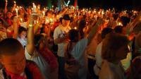 """Les fans d'Elvis Presley ont ovationné l'ex-épouse et la fille du """"King"""" qui ont fait une apparition publique à Graceland, à Memphis dans le Tennessee (centre-est des Etats-Unis), dans le cadre du 35e anniversaire, jeudi, de sa mort.[AFP]"""