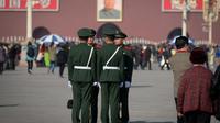 Des soldats sur la place Tian An Men à Pékin le 1er novembre 2012 [Ed Jones / AFP]
