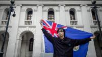 Un manifestant brandit le vieux drapeau colonial le 31 janvier 2013 à Hong Kong [Philippe Lopez / AFP]