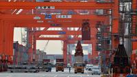 Déchargement de conteneurs sur un dock du port de Tokyo, le 20 février 2013 [Yoshikazu Tsuno / AFP]