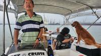 """Joe Howe à la barre de son bateau servant au """"Pet Cruise"""", une croisière pour chiens à Singapour, le 20 janvier 2013 [Roslan Rahman / AFP]"""