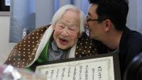 Misao Okawa (g) reçoit son certificat du Guiness des Records pour ses 115 ans, le 5 mars 2013 à Osaka, au Japon [Tomohito Okada / Maison de retraite Kurenai/AFP]