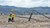 Des puits de gaz au sommet d'une montagne de déchets dans la décharge de Payatas, le 21 février 2013 [Ted Aljibe / AFP]