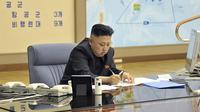 Photo de l'agence officielle nord-coréenne montrant Kim Jong-Un en train de signer des documents dans un lieu non identifié, le 29 mars 2013 [ / KCNA via Kns/AFP]