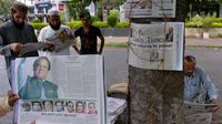 La victoire de Nawaz Sharif en Une des quotidiens pakistanais le 12 mai 2013 à Islamabad [Aamir Qureshi / AFP]