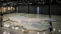 """L'oeuvre de l'artiste contestataire chinois Ai Weiwei, """"Baby Formula 2013"""", présentée le 17 mai 2013 à Hong Kong [Philippe Lopez / AFP]"""