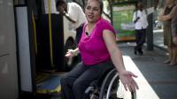 Viviane Macedo, 35 ans, dans l'incapacité de monter dans un bus à Rio de Janeiro, le 10 septembre 2012 [Christophe Simon / AFP]