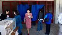 Des habitants de Santiago votent aux élections municipales, le 28 octobre 2012 au Chili [Martin Bernetti / AFP]