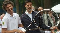 Novak Djokovic (c) et Gustavo Kuerten, lors de l'inauguration d'un terrain de tennis dans une favela de Rio, le 16 novembre 2012 [Christophe Simon / AFP]