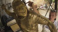 Le sculpteur et caricaturiste brésilien Ique travaille sur une statue de Pelé, le 22 janvier 2013 à Rio de Janeiro. [Christophe Simon / AFP]