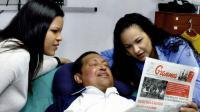 Cette photo publiée le 15 février 2013 sur le compte twitter du ministère vénézuélien de l'Intérieur montre Hugo Chavez, entourée de ses filles à l'hôpital à La Havane [Ho / AFP]