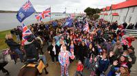 Les habitants de Stanley agitent des drapeaux britanniques le 10 mars 2013 [Tony Chater / AFP]