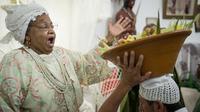 """Une """"Mae de santo"""" (prêtresse) brésilienne officie lors d'une cérémonie en hommage aux divinités afro-brésiliennes du Candomblé, en avril 2013 à Sao Paulo [Yasuyoshi Chiba / AFP]"""