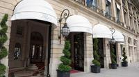 Dans un ultime ballet de bagages place Vendôme à Paris, les riches habitués du Ritz disent au revoir à contre-coeur à leur palace parisien préféré. A partir de ce mercredi et pour deux ans, le prestigieux établissement ferme ses portes pour une cure de jouvence.[AFP]