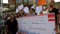 """Des dizaines de personnes ont manifesté samedi devant un tribunal de Beyrouth pour protester contre le recours à un """"test"""" anal pour les hommes soupçonnés d'être homosexuels, une orientation sexuelle illégale dans ce petit pays arabe.[AFP]"""