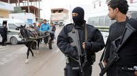 Des policiers montent la garde près d'une mosquée de la banlieue de Tunis, le 31 octobre 2012 [Fethi Belaid / AFP]