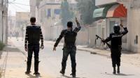 Des policiers tunisiens affrontent des partisans du mouvement salafiste jihadiste Ansar Ashariaa, le 19 mai 2013 à Cité Ettadhamen [Khalil / AFP]