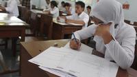 Des étudiants indonésiens passent un examen à Malang, sur l'île de Java, le 18 avril 2013 [Aman Rochman / AFP/Archives]