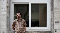 Hadi Heidari, dessinateur de presse iranien pour Shargh, devant les locaux du quotidien, le 2 juin 2013 à Téhéran [Behrouz Mehri / AFP]