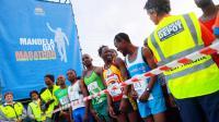 """""""Dès que vous parlez de Mandela, tout le monde veut participer!"""", s'écrie Mbeko Nzimande, l'un des nombreux Sud-Africains à courir un marathon à l'occasion du 50e anniversaire de l'arrestation du héros de la lutte contre l'apartheid.[AFP]"""