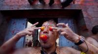 """Plus de 40.000 jeunes venus du monde entier se sont jetés mercredi matin quelque 120 tonnes de tomates à la figure dans une atmosphère de fête survoltée, pour la traditionnelle """"Tomatina"""", dans la petite ville espagnole de Bunol.[AFP]"""