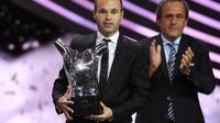 Le stratège espagnol de Barcelone Andres Iniesta a reçu jeudi des mains du président de l'UEFA Michel Platini le prix du meilleur joueur de la saison 2011-2012 devant son partenaire argentin Leo Messi et le Madrilène du Real le Portugais Ronaldo.[AFP]