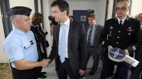 Le ministre de l'Intérieur Manuel Valls serre la main d'un gendarme, le 17 septembre 2012 à Vauvert, dans le sud de la France [Pascal Guyot / AFP]