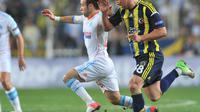 Le Marseillais Mathieu Valbuena (en blanc) à la lutte avec Mehmet Topuz, de Fenerbahçe, en Europa League à Istanbul, le 20 septembre 2012. [Bulent Kilic / AFP]