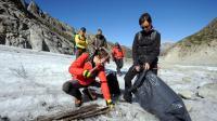 Des volontaires sur la Mer de Glace, dans le Mont-Blanc, le 21 septembre 2012 [Jean-Pierre Clatot / AFP]