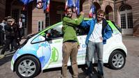 Xavier Degon (g) et Antonin Guy posent devant leur voiture électrique le 14 septembre 2012 à Strasbourg [Patrick Hertzog / AFP]