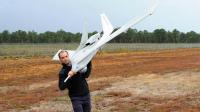 Un employé d'Aerovision porte le drone fulmar, le 25 septembre 2012 à Merignac [Pierre Andrieu / AFP]