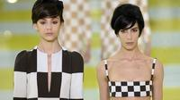 Des modèles présentent des créations Marc Jacobs pour Louis Vuitton, le 3 octobre 2012 à Paris. [Martin Bureau / AFP]