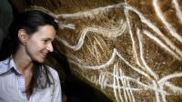 """La ministre de la Culture Aurélie Filippetti participe à la pose de la première """"main"""" de l'espace de restitution de la grotte Chauvet, le 12 octobre à Vallon-Pont-d'Arc [Jeff Pachoud / AFP]"""