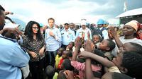 La ministre française de la Francophonie Yamina Benguigui visite le camp de déplacés de Kanyaruchinya, près de Goma, en RDC, le 15 octobre 2012 [Junior D. Kannah / AFP]