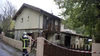 Un pompier devant la maison calcinée de Digne-les-Bains où deux de ses collègues sont morts durant une intervention, le 4 novembre 2012 [Gerard Julien / AFP]