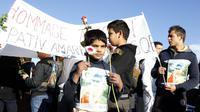 Des Roms rendent hommage aux deux jeunes fauchés par une voiture à Noisy-le-Grand, le 4 novembre 2012 [Francois Guillot / AFP]