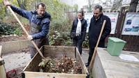 """Jean-Jacques Fasquel, """"maître-composteur"""" montre à des Parisiens comment transformer leurs déchets, dans le parc de Reuilly à Paris, le 9 novembre 2012 [Pierre Verdy / AFP]"""